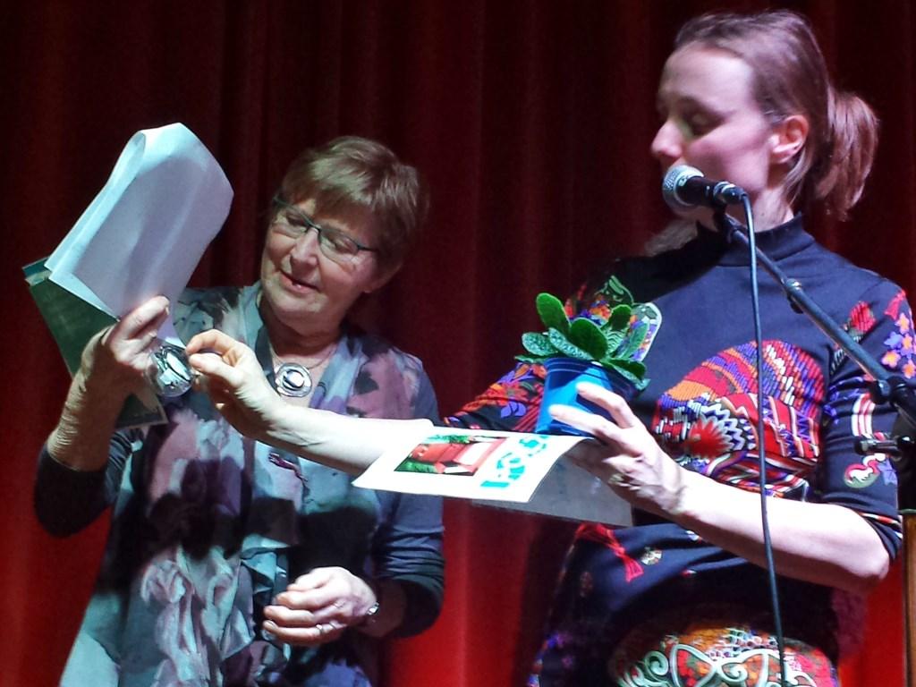 Winnaar gedichtenwedstrijd Poëzieweek Heumen Ans van Kessel en dorpsdichter Pieks. Foto: MariannA Bakker © Persgroep