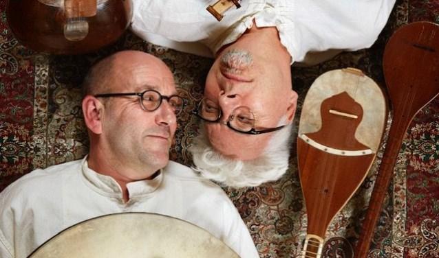 Verteller Kees Posthumus (onder) en muzikant Henk van Glabbeek brengen 'Esther, een Perzisch sprookje' naar Wijchen.