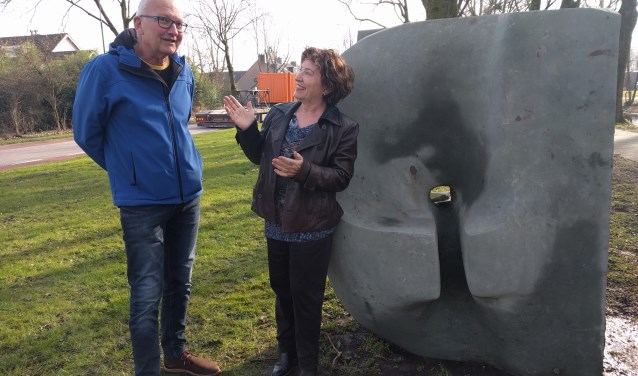 Marita Damen in gesprek met Jos Terpstra, bestuurslid Stichting Hugo Kotestein, afdeling Harmelen.