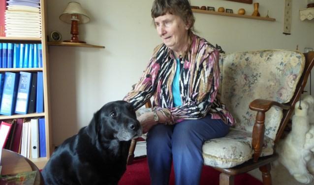 Roelie Bresser met haar hulphond Bodi bij haar thuis op 't  Schild in Wolfheze. (foto: Marnix ten Brinke)