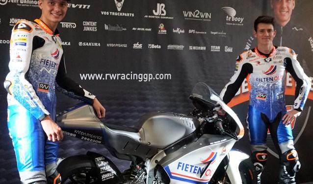 Bo Bendsneyder (links) met de nieuwe fabrieksmotor en medecoureur Steven Odendaal. (Foto: RW Racing GP)