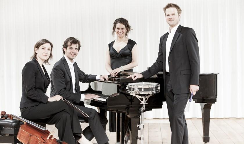 Muziek Amsterdam met aan de piano Jacobus den Herder