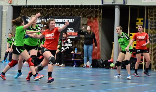 De dames van HV Holten namen het afgelopen zaterdag op tegen koploper Heeten 2. Foto: Math Willems.