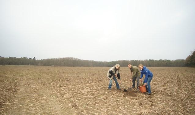 Initiatiefnemers Gertrude Arends, Andre Veen en Ellen van Beek op het beoogde stuk grond.