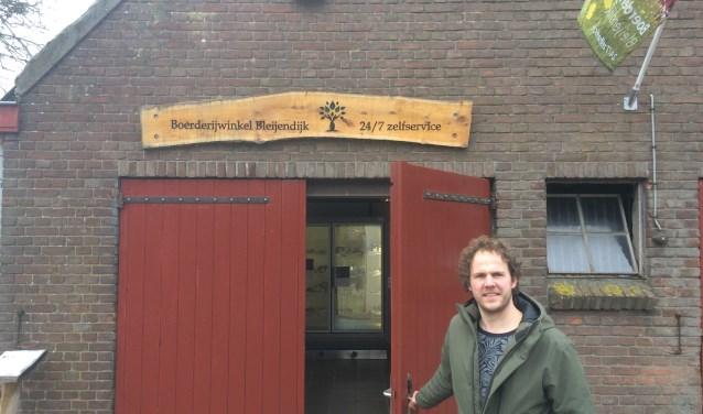 Biologische boer Rob Bennenbroek voor zijn 24/7 zelfservicewinkel. Rob was eerst ICT'er, maar zijn boerenroots trokken hem naar het boerderijleven. Hij liet zich omscholen en boert nu biologisch.