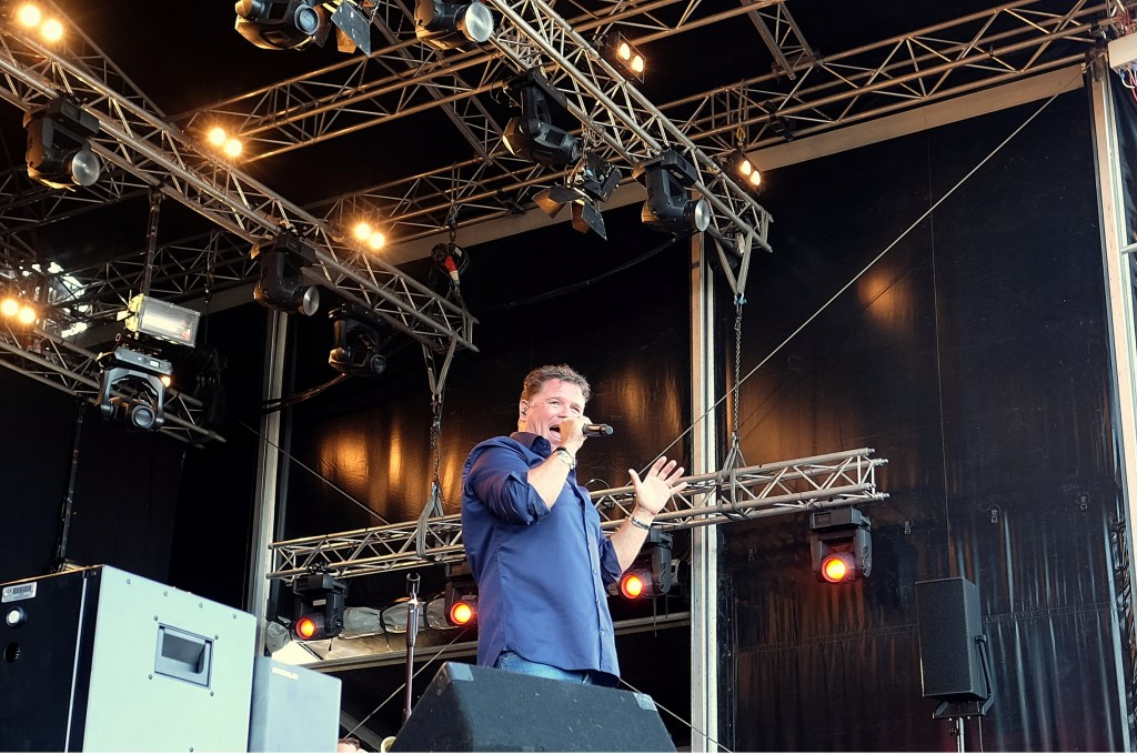 Wolter Kroes tijdens een optreden. Hij komt weer naar Rhenen.