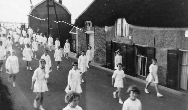 Bij de vele optochten die in Papendrecht werden gehouden was Olympia altijd van de partij, zoals hier in 1956 op de Noordhoek. (foto: Archief Stichting Dorpsbehoud)