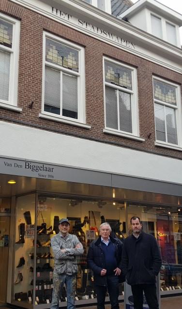 Albert Ziëck, Nick van den Biggelaar en Bart van Aller zijn trots dat de naam 'Het Stadswapen' weer te zien is. (foto: Kees Stap)