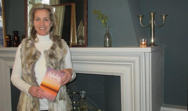 Miranda Roijakkers heeft het boek 'Ophelie' geschreven; een boek over eenzaamheid en hoe dit te doorbreken. Foto: Ria van Vredendaal