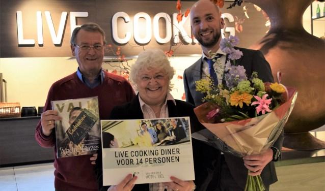 Thea Boelen en haar man Leo ontvangen uit handen van marketingmanager Richard Haasdijk.