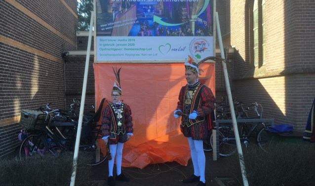 Carnavalsprinsen Prins Niels I en Jeugdprins Stijn I van De Vrolijke Drammers onthullen het bouwbord. (foto: Karin van der Velden)