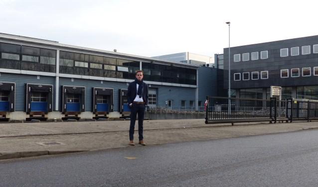 Niels Blotenburg (CMC Bedrijfsmakelaars) staat voor het bedrijfscomplex bestaande uit kantoorruimte, hallen en docks (Foto: Diana Kervel)