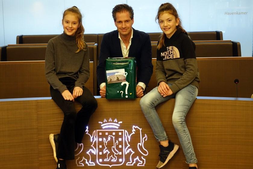 Wethouder Jeroen de Jong met Anna (links) en Lauren van Daltonschool de Veste