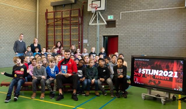 'Meneer Stijn' met zijn publiek op basisschool De Straap. Foto: Nora Leipzig.