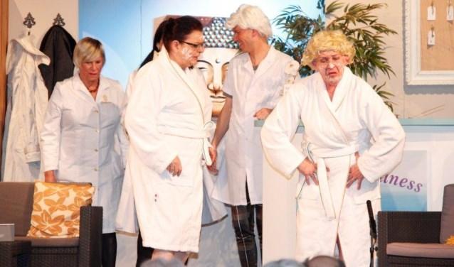 Toneelgroep Van Alles Wa speelt 'Een kuuroord vol met stress'.