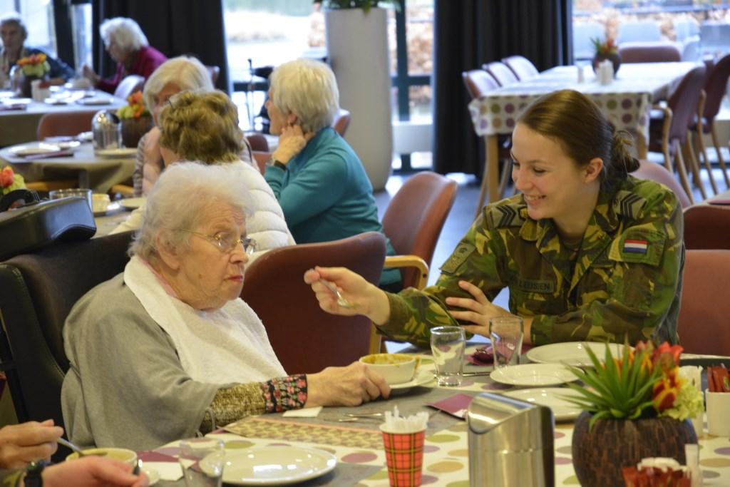 Ook helpen de cadetten onder meer met het ontbijt, het rondbrengen van de koffie en de thee, en de lunch. In totaal zullen de 420 cadetten van de KMA deze keer actief zijn bij liefst 40 maatschappelijke organisaties.   © Persgroep