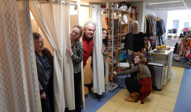 Winkelmedewerkers van Emmaus Ineke en Irma (kleding), Hans (boeken en platen), Anna en Yvonne (kleding) en Fiona (gehurkt).