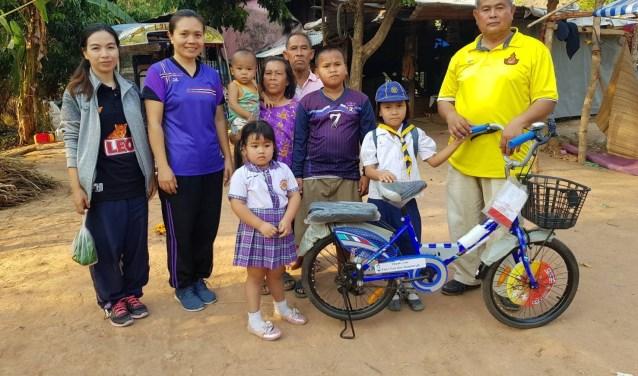 Het cadeautje voor de 2 leerlingen van een basisschool , die anders elke dag 10 kilometer moeten lopen naar hun basisschool