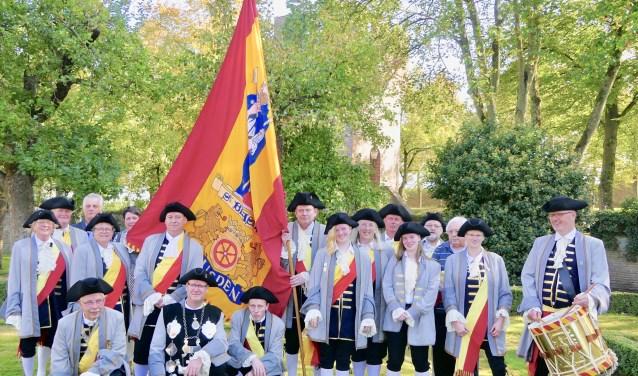 Het St. Blasiusgilde uit Heusden poseert met de nieuwe vlag. Dit schuttersgilde waakt al 175 jaar over de vesting Heusden.