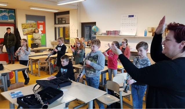 Muziekdocente Miranda Loff leert de kinderen met de klarinet om te gaan. Ze hebben er zin in!