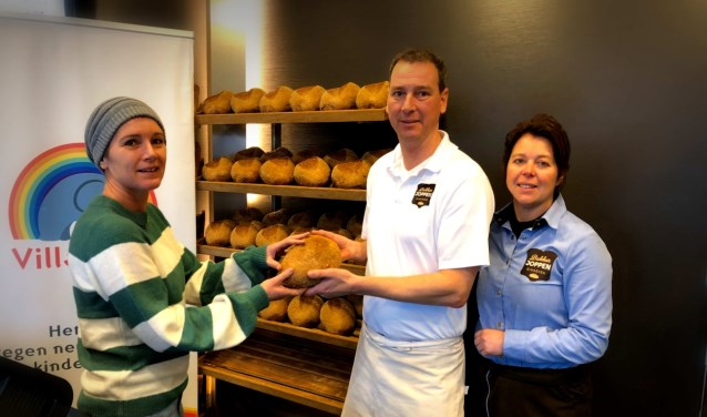 Erica Geerts van Villa Joep ontving in de bakkerij het eerste Villa Joep- broodje uit handen van Peter en Patricia Joppen. FOTO: JOOST BAKKER