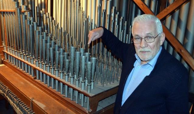 Gelegenheidsorganist Henk Brobbel in het orgel van De Windwijzer, voor heen de Oosterkerk (Foto: Frans Assenberg).