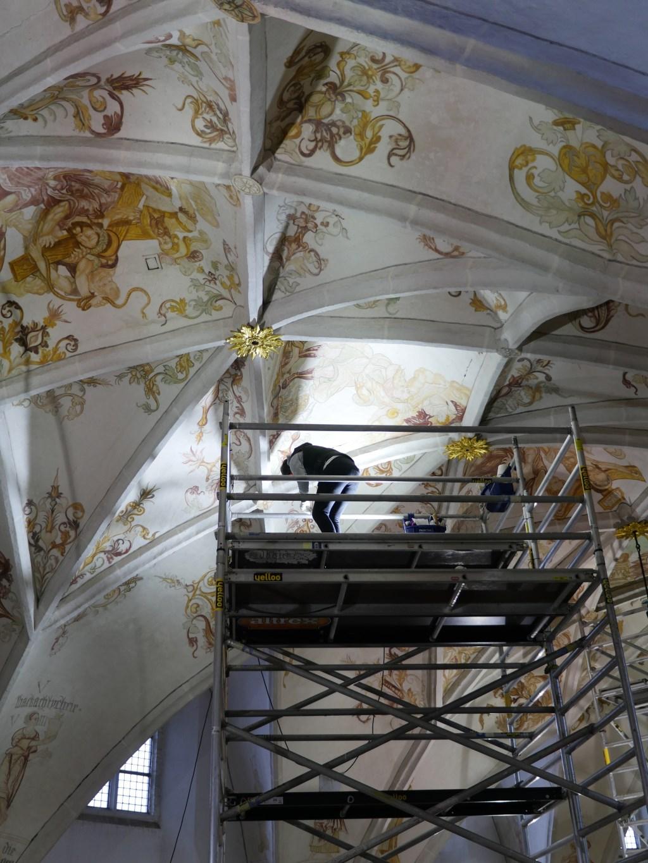 Op rolsteigers wordt hoog bovenin de kerk gerestaureerd Foto: Vrienden Grote Kerk  © Persgroep