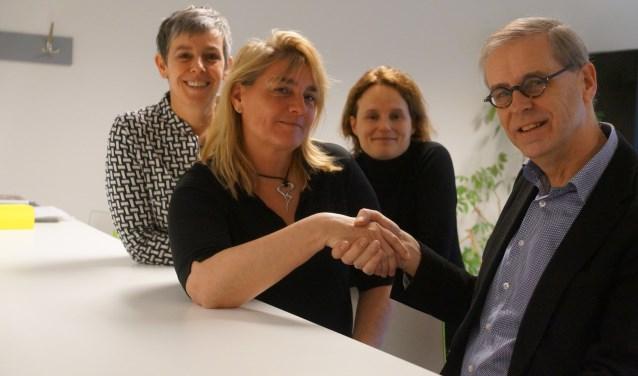 Directeur Welzijn Woerden Kerstin Hogenbirk en wethouder Tymon de Weger zijn blij met de nieuwe koers, net als. Karen de Groot (links) en Katinka Livestro