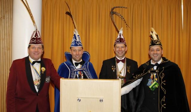 De aftredende vorsten Hans Jacobs, Frank van Dijk, Mark van Rhee en Patrick Dinnesen (v.l.n.r.) maken zich op voor hun laatste carnaval als vorst. (foto: Bas Delhij)