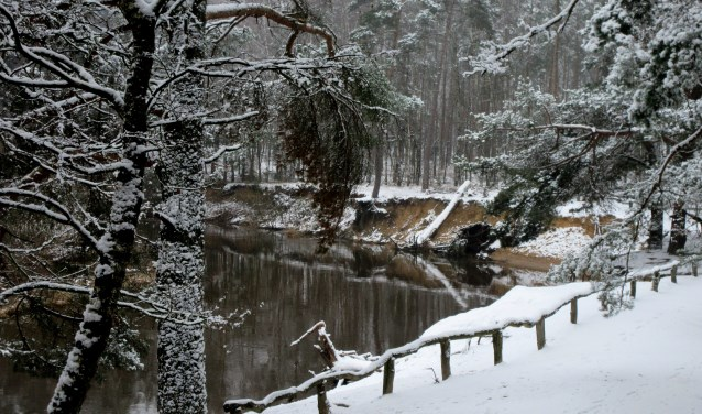 Het Lutterzand met de Dinkel in winterse sferen na een sneeuwbui.