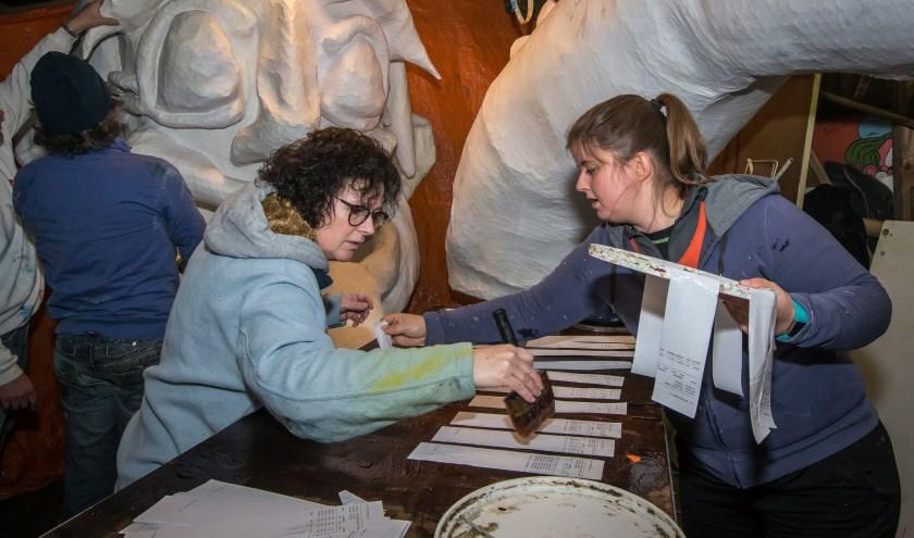 Leden van De Retsers geconcentreerd aan het werk. (Foto Berco Buter)