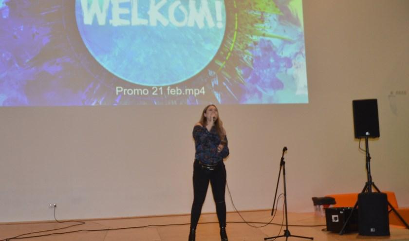 Juliette Claire, zangeres met Wijkse roots, zong na de introductie door wethouder Willem Joustra twee recent opgenomen nummers. Foto: Ben Blom