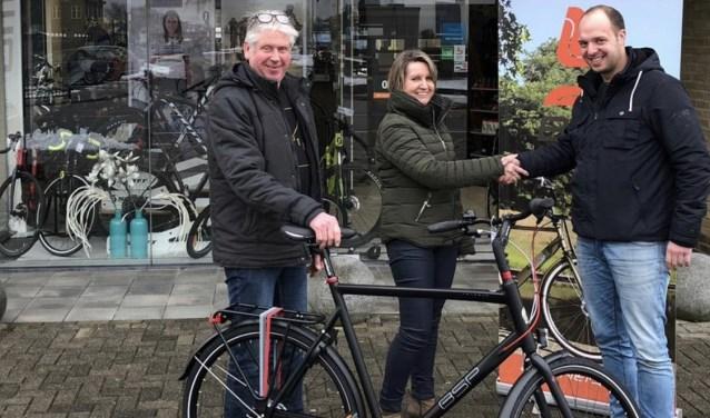 Uitreiking van de fiets gewonnen door Marvin Koenders.