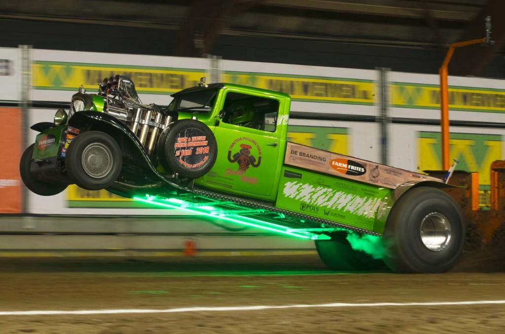 Enorme machines laten het publiek trillen op de tribunes tijdens Indoor Tractor Pulling Zwolle. Foto: HTD Photography © Persgroep