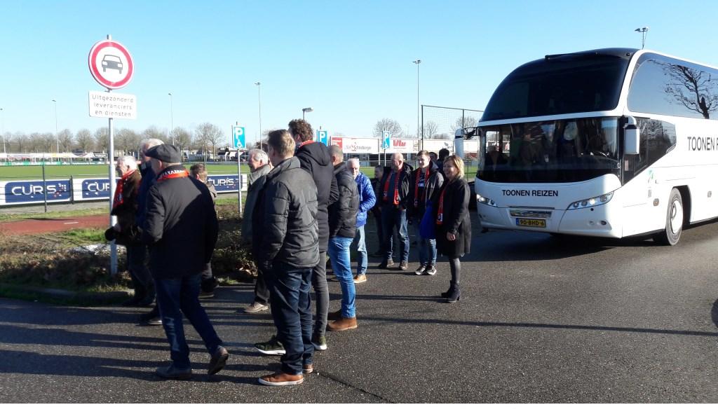De sponsoren van Roda'28 gingen met een touringcar naar de uitwedstrijd tegen Beuningse Boys.
