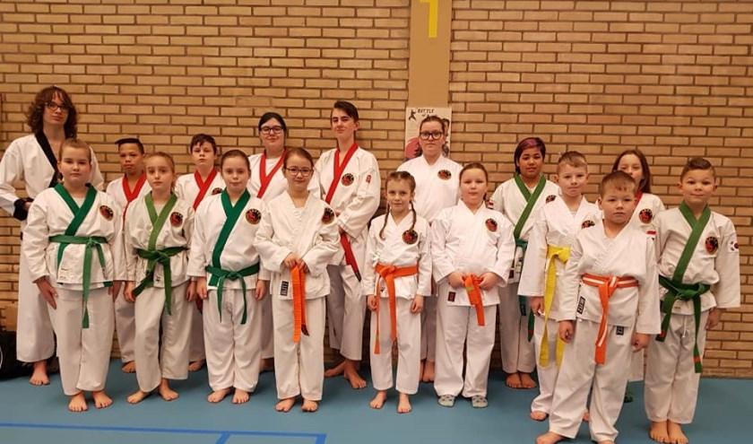 De Zevenaarse Tang Soo Do-ka's namen heel wat medailles mee uit Enschede. In totaal wisten ze 22 plakken te scoren! (foto: PR)