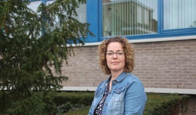 Caroline Vos van de Woningcorporatie Beter Wonen gaat samen met de moeder van het gezin en andere instanties om tafel