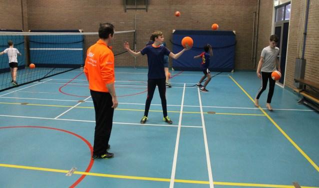 Leerlingen van het Assink Lyceum in Eibergen ramden vorige week dinsdag de volleyballen over het net tijdens de clinic van Boemerang.