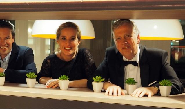 Op de foto van links naar rechts: Pianist Joep Meijer, sopraan Nancy Verschuuren en bariton Wil van Leijsen. Zij verzorgen op zondag 17 februari een operaconcert in de Waalwijkse Sint Jan.