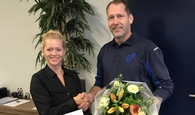 Yvonne Reusen en Wijnand Smits na ondertekening van het contract