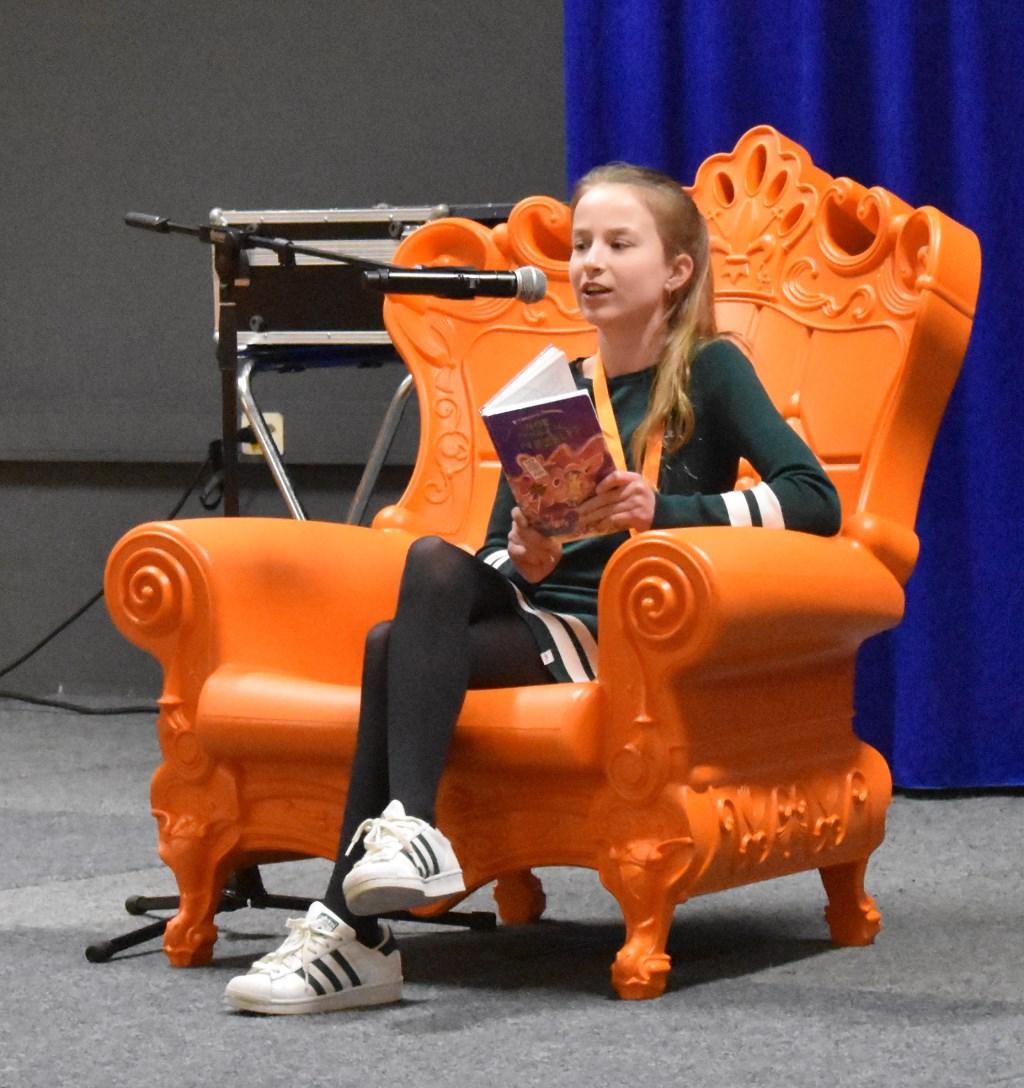 Winnares Tess Grundel tijdens het voorlezen van 'Hoe overleef ik mezelf?' van Francine Oomen. Foto:  © Persgroep