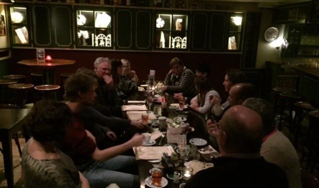 Het was een gedenkwaardige eerste avond van 'Eten met Veenders'  in etablissement 't Veen Eten en Drinken. Vooral Tinie van der Geest wist de aanwezigen aan zich te binden met haar mooie verhalen.
