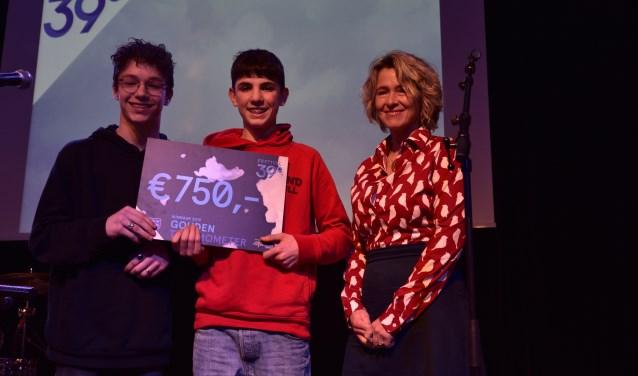 De jonge theatermakers Rowan van den Boomen (l) en Tommy Heeffer ontvingen de cheque van de Gouden Thermometer 2019 van Lidwien Hupkens van de Stichting Vrienden Podiumkunsten Breda.