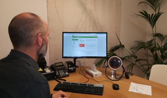 Statera omvat ook online zorg. Huisarts De Haan (Medisch Centrum Kortenoord) bekijkt zo'n eZorgpad in Statera.