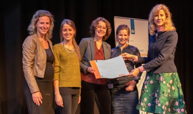 Staatssecretaris Mona Keijzer (rechts) reikte de innovatieprijs uit aan de bedenkers van de app, die het concept nu verder gaan ontwikkelen.
