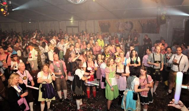Het feest vindt plaats in de carnavalstent op het terrein van de Ouwe Deeg. Prins Marco d'n Urste en Jeugdprins Olivier d'n Urste gaan voorop in de polonaise. (Foto: de Dijkvelders)