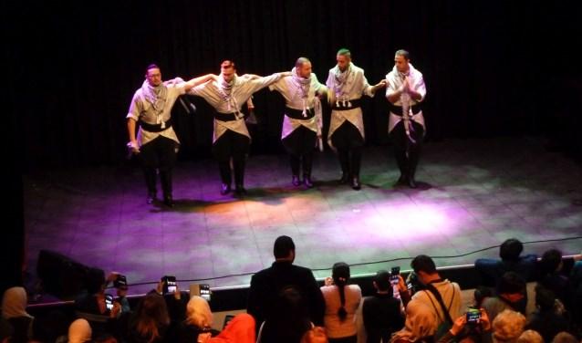 De Palestijnse dansgroep Jinin tijdens hun optreden in de popzaal. Foto: Liesbeth van Sas.