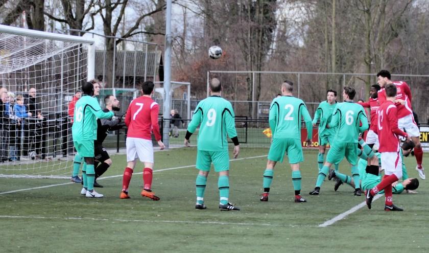 Een kopbal van Joram Pijl had de spanning nog terug in de wedstrijd kunnen brengen maar de doelman wist de bal net onder de lat weg te tikken.