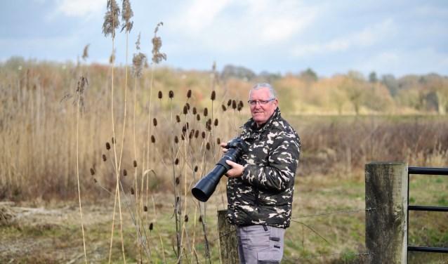 Karel Noy actief in de Jufferswaard in Renkum. Hij kan uren geduldig wachten tot er een fotogeniek dier voorbijkomt. (foto: gertbudding.nl)