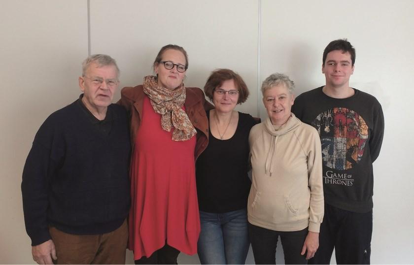 Bestuursleden en vrijwilligers van de Stichting Repair Café Westervoort-Duiven (vlnr): Philip Wenting, Ilse Beuse, Aletta Ebbers, Carla Hagen en Marcel Kinkelaar.